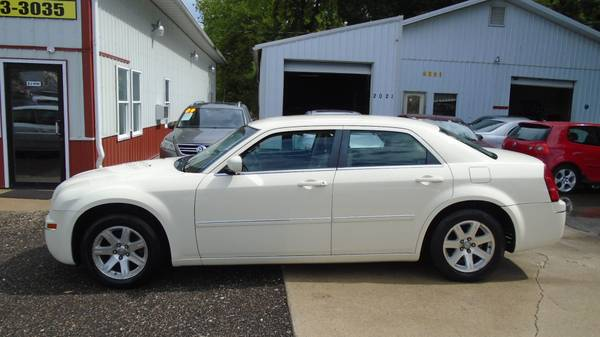 06 chrysler 300 ...no rust. Leather seats. $4600