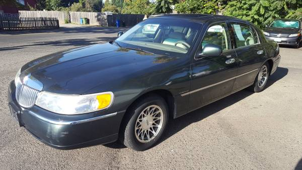 2000 Lincoln Town Car, Signature Series. Leather, Moon Roof, 128k mile
