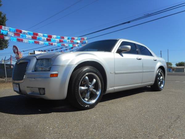 PRICE DROP 2OO6 CHRYSLER 300 SIGNATURE SERIES WITH ONLY 101,000 MILES