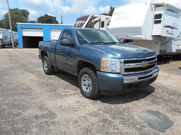 2010 CHEVY SILVERADO LS 4X4 (ALWAYS SERVICED, NEW TIRES AND LOW MILES)