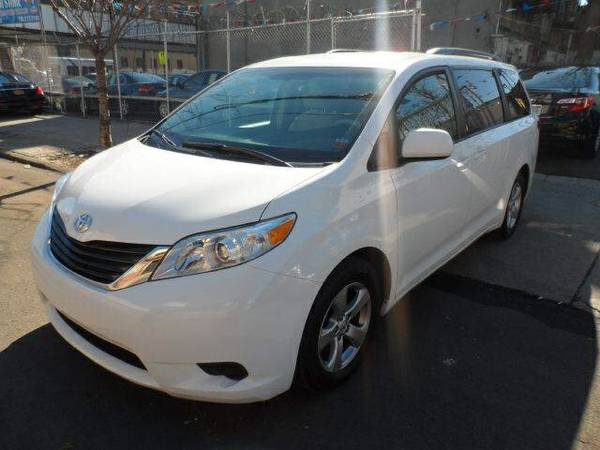 ⎝ TOYOTA SIENNA 2013 LE