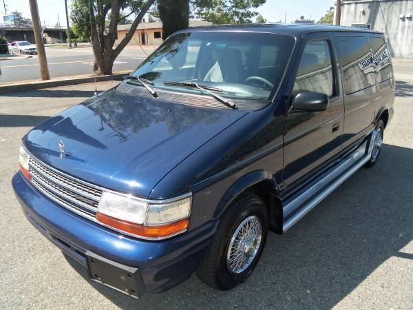 1995 PLYMOUTH VOYAGER MINIVAN, ONLY 107,000 MILES !