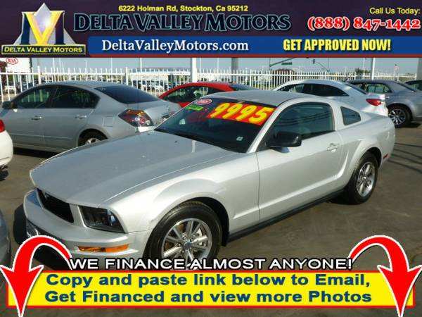 2005 Ford Mustang Deluxe Coupe 2D Car