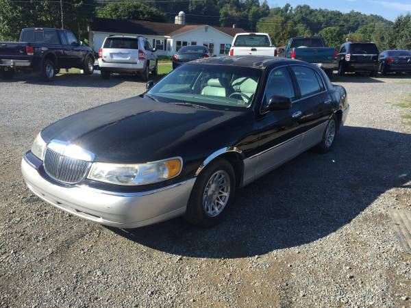 JUST TRADED SELLING CHEAP 1999 LINCOLN TOWN CAR ONLY 123,000 MILES