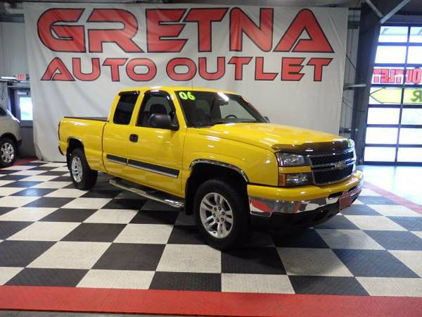 2006 Chevrolet Silverado 1500 LS EXT CAB 4X4 FOLDING TONNEAU UPGRADED