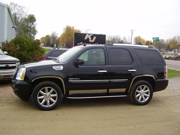 * 2007 GMC YUKON DENALI AWD - DVD - SUNROOF - LEATHER - 130K MILES *