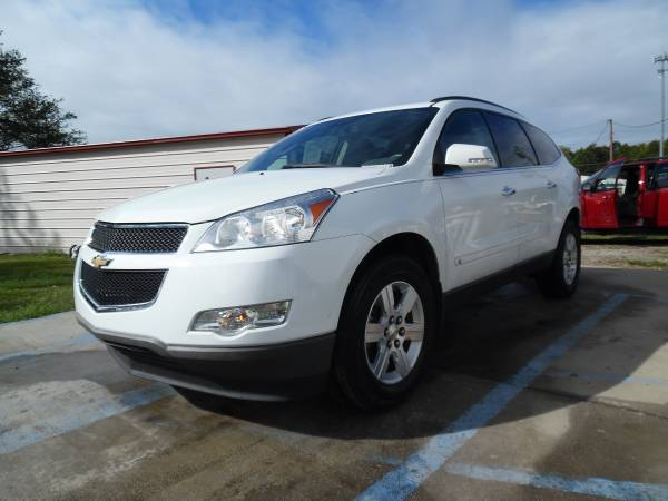 2010 CHEVY TRAVERSE LT V6 WHITE TV,GPS, REAR CAM VERY NICE!!!!