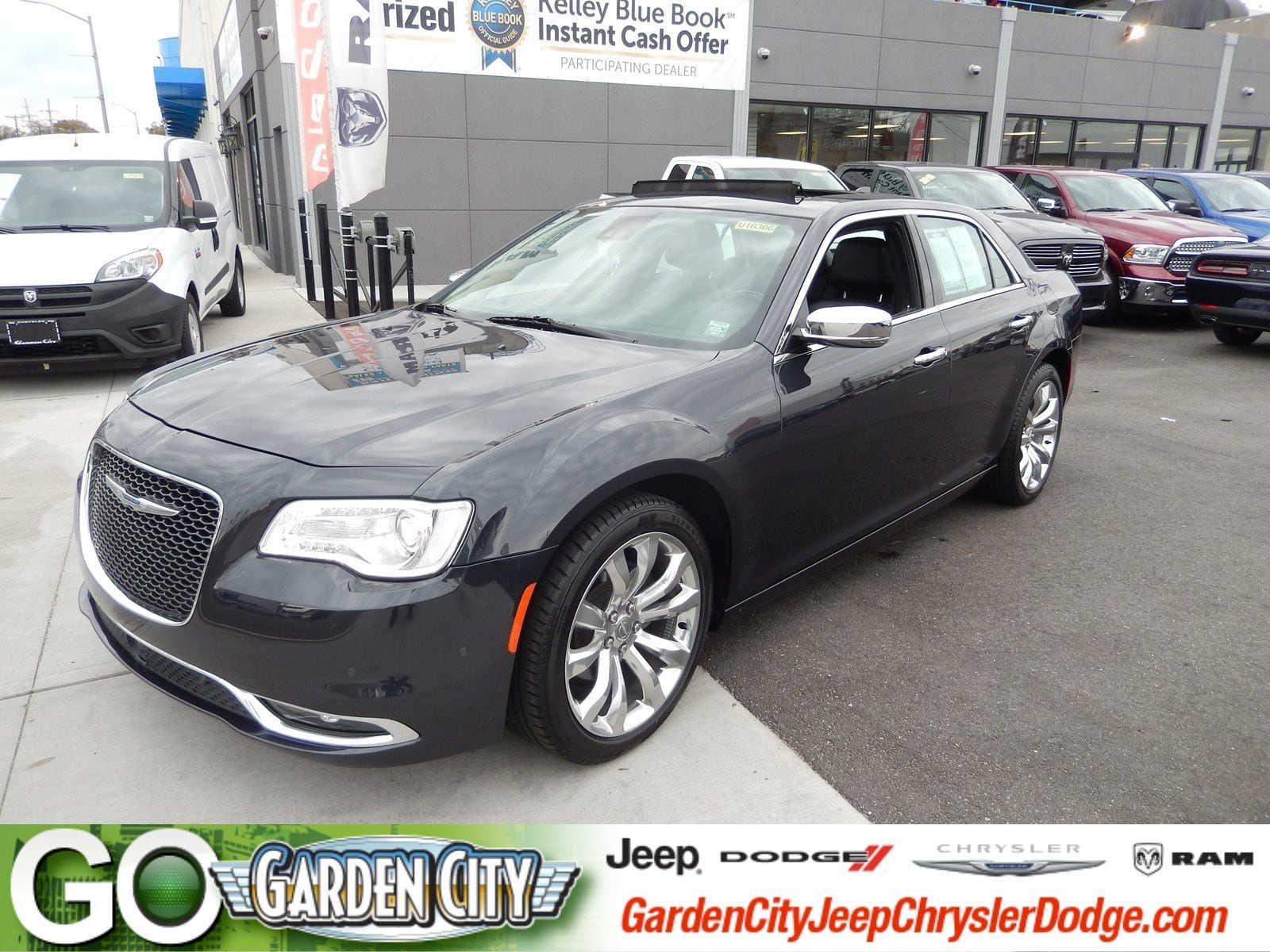 Photo Certified Used 2017 Chrysler 300 300C 300C RWD For Sale  Hempstead, Long Island, NY