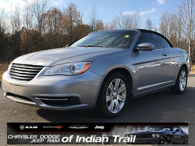 Photo CERTIFIED PRE-OWNED 2013 CHRYSLER 200 TOURING FWD 2D CONVERTIBLE