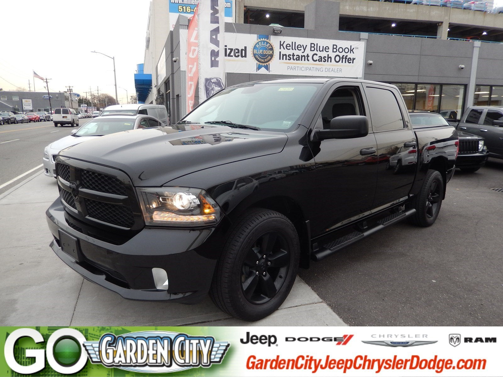 Photo Certified Used 2015 Ram 1500 Express 4WD Crew Cab 140.5 Express For Sale  Hempstead, Long Island, NY
