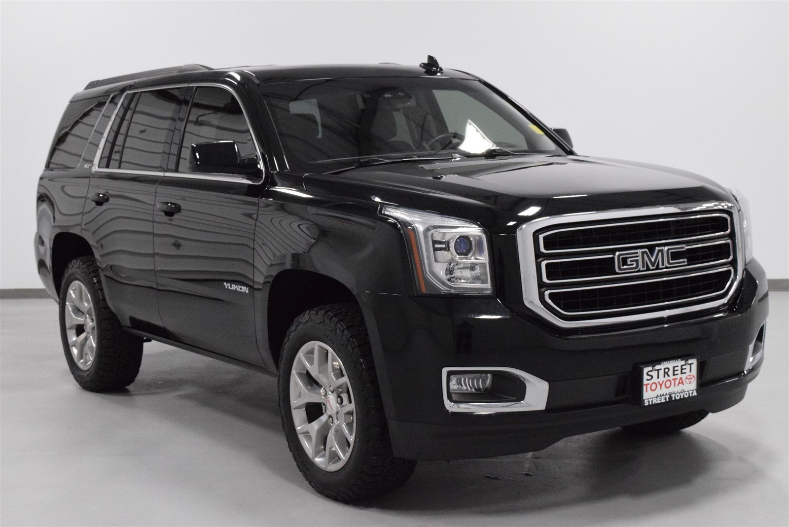Photo Pre-Owned 2015 GMC Yukon SLT With Navigation  4WD