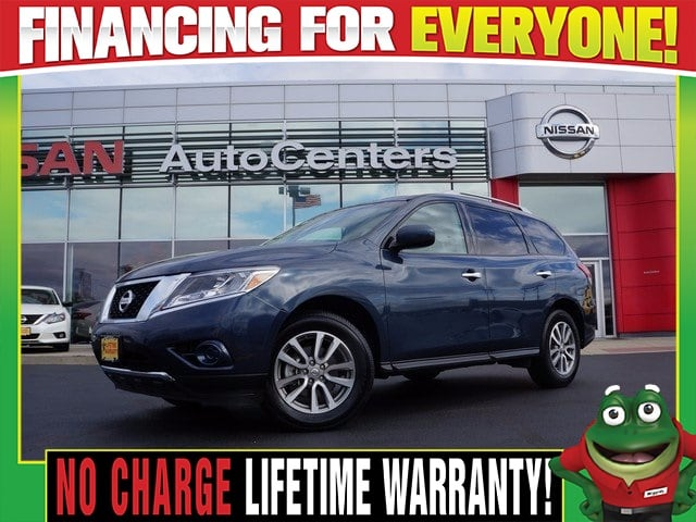 Photo Used 2016 Nissan Pathfinder S 4WD - Tri Zone Climate - Third Row For Sale Near St. Louis