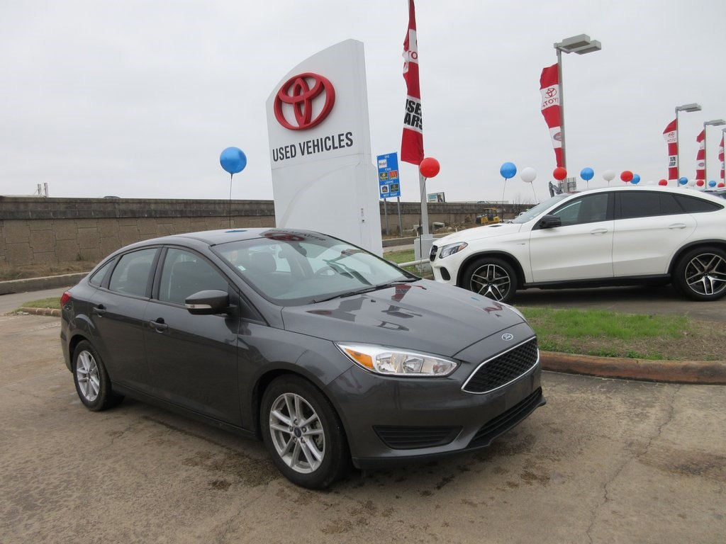 Photo Used 2017 Ford Focus SE Sedan FWD For Sale in Houston