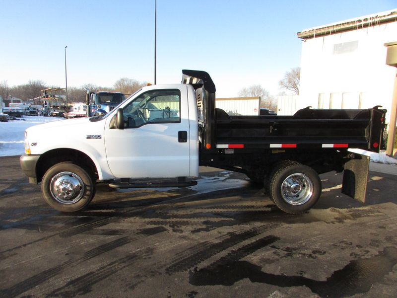 Photo Used 2002 Ford F-550 Dump Truck