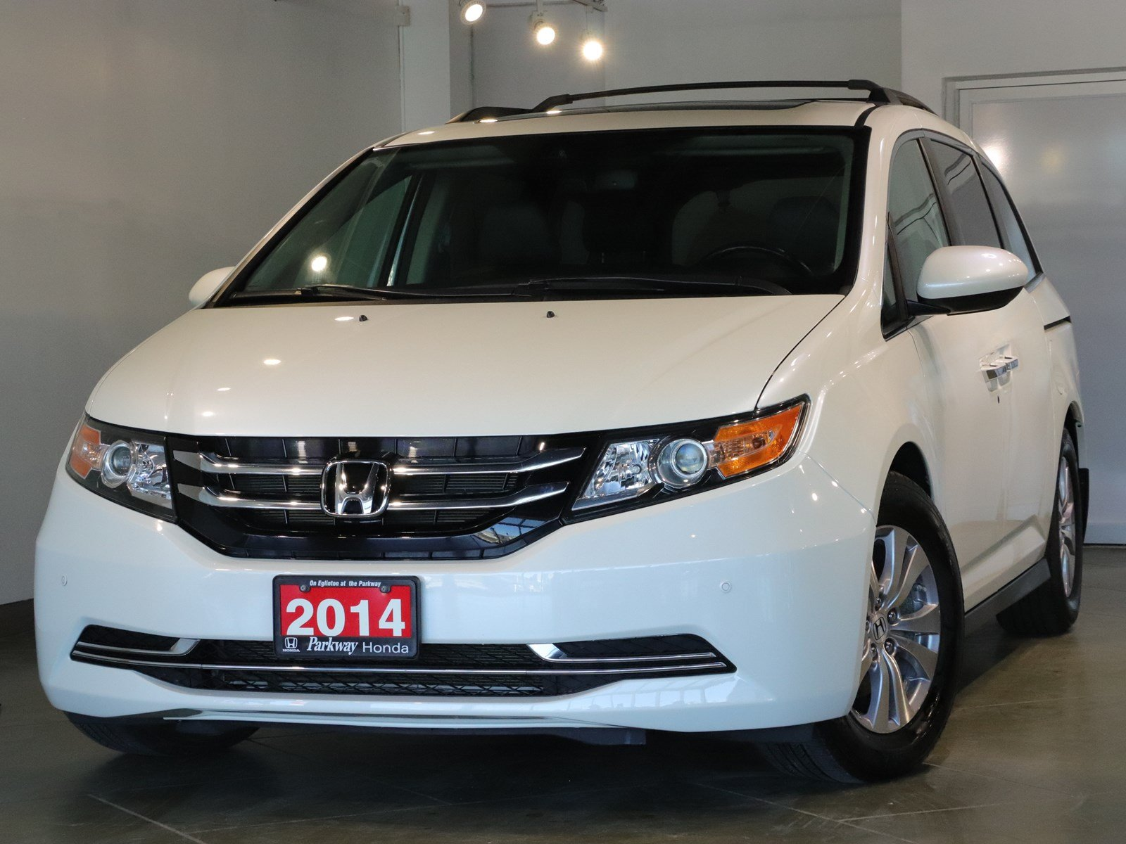 Photo Pre-Owned 2014 Honda Odyssey EXL RES - ONE OWNER, ADVENTURE READY WITH BLINDSPOT CAMERA FWD Mini-van, Passenger