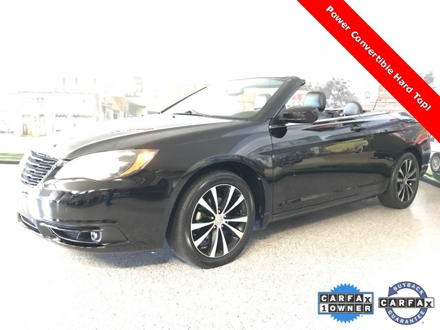 Photo Used 2013 Chrysler 200 S Convertible for sale in Carrollton, TX
