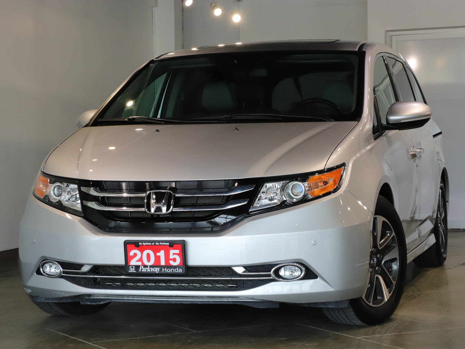 Photo Certified Pre-Owned 2015 Honda Odyssey Touring - FULLY LOADED FIT THE WHOLE TEAM With Navigation