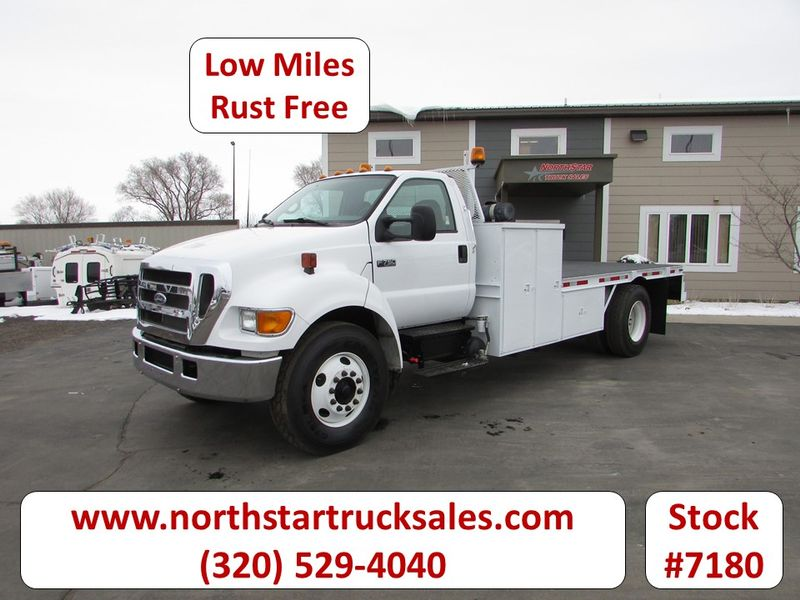 Photo Used 2004 Ford F-750 Flat Bed Truck