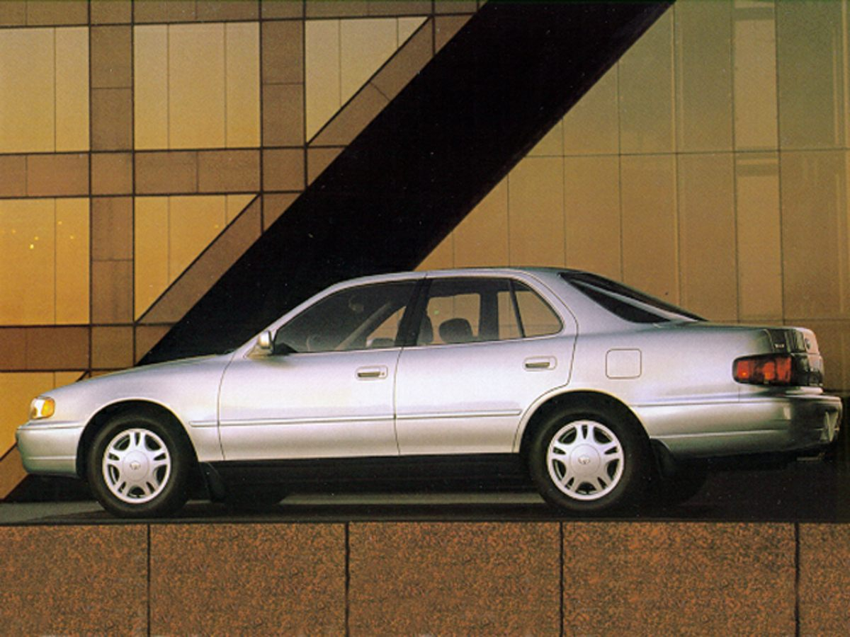 Photo Pre-Owned 1995 Toyota Camry LE FWD 4D Sedan