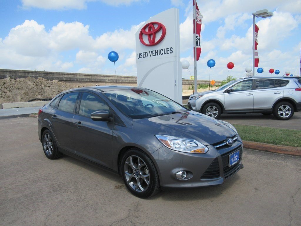 Photo Used 2013 Ford Focus SE Sedan FWD For Sale in Houston