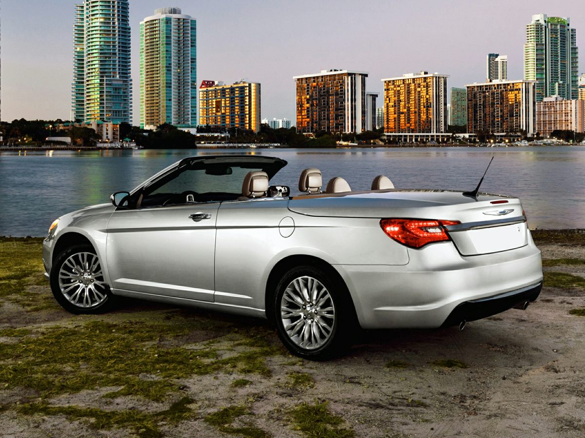 Photo Pre-Owned 2012 Chrysler 200 Touring FWD 2D Convertible