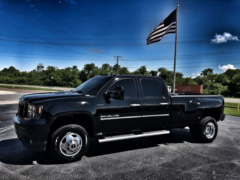 Photo Used 2011 GMC Sierra 3500HD Denali DURAMAX DIESEL DUALLY CREWCAB 4X4 DENALI BLKBLK