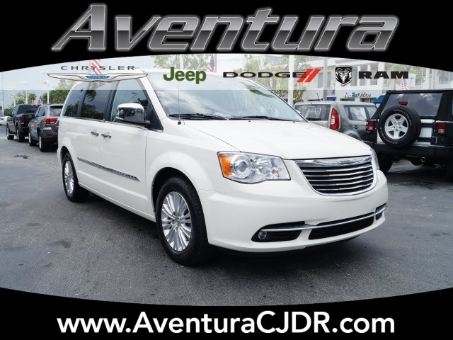 Photo PRE-OWNED 2013 CHRYSLER TOWN  COUNTRY LIMITED FWD LIMITED 4DR MINI-VAN