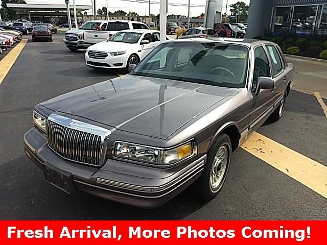 Photo 1996 Lincoln Town Car Executive Sedan