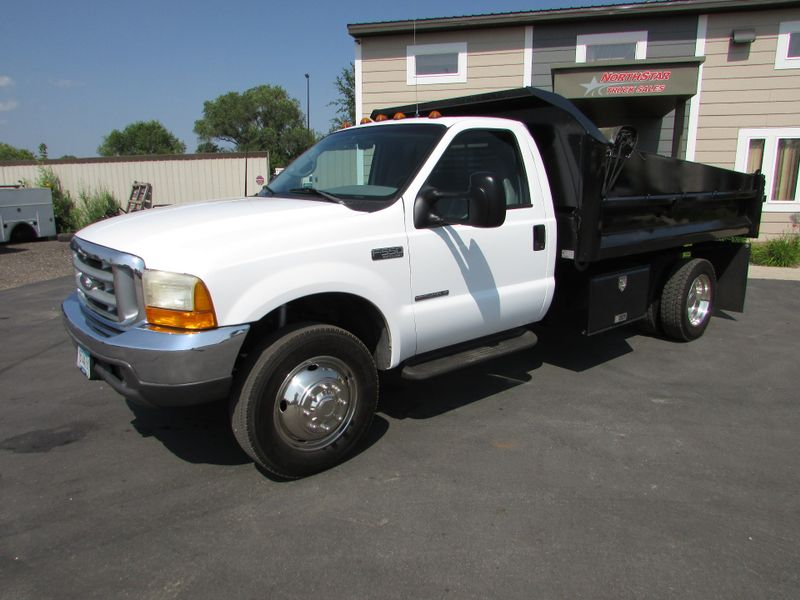 Photo Used 1999 Ford 1999 Ford F-550 Dump Truck XL