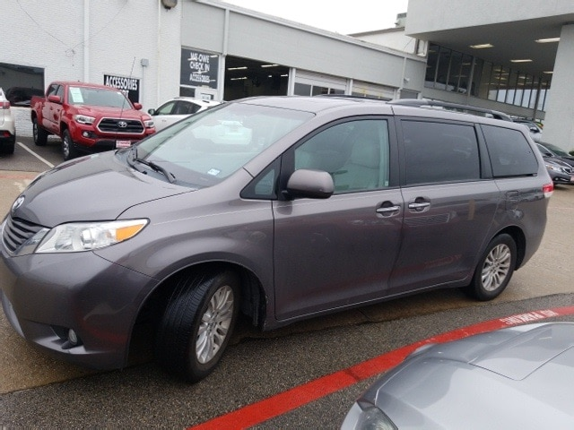 Photo 2014 Toyota Sienna XLE Navigation, Sunroof, Leather  Power Liftgate Van Front-wheel Drive 4-door