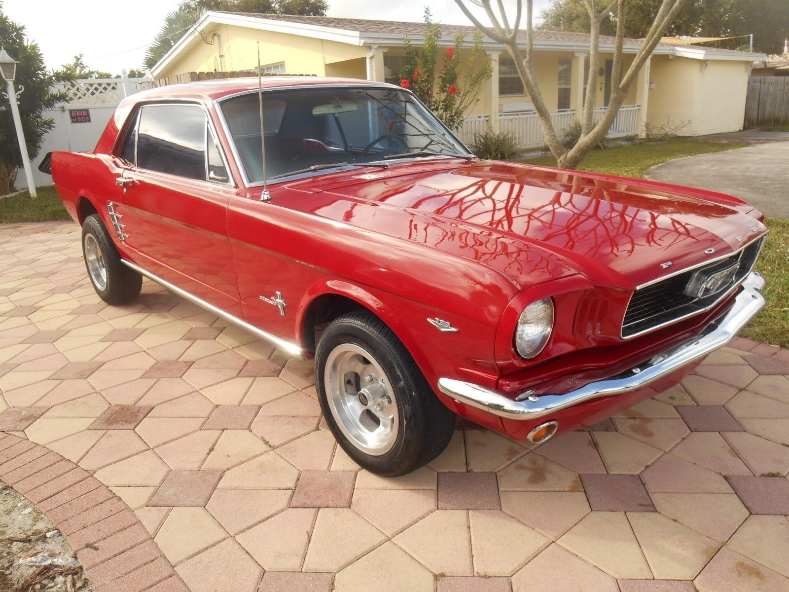 Photo 1966 Ford Mustang -DELUXE CANDY APPLE RED-289 ENGINE WITH MANUAL TRANS-FLORIDA PONY CLASSIC-