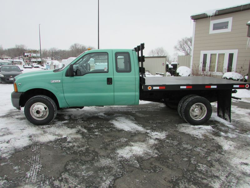 Photo Used 2005 Ford F-350 4x4 Ex-Cab Flatbed Truck