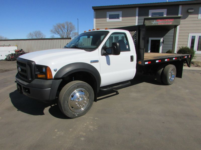 Photo Used 2006 Ford F-450 Reg Cab Flat-Bed Truck