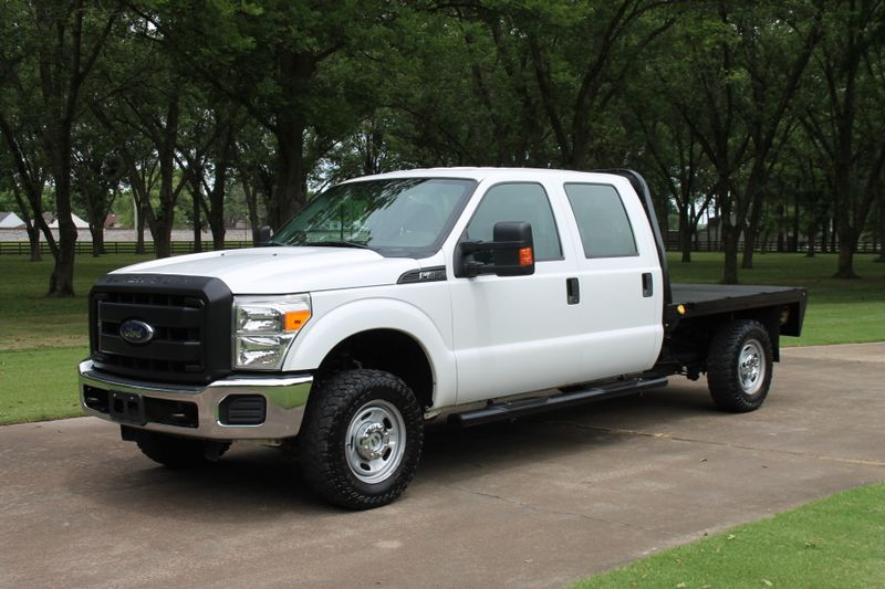 Photo Used 2015 Ford Super Duty F-250 Crew Cab 4WD Flat Bed