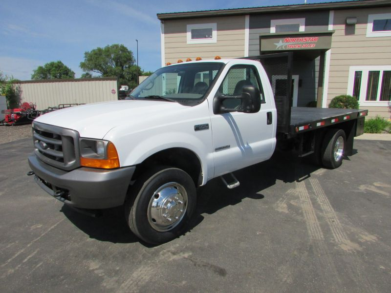 Photo Used 2001 Ford F-550 Reg Cab Flat-Bed Truck