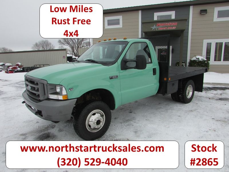 Photo Used 2003 Ford F-350 4x4 Reg Cab Flatbed Truck
