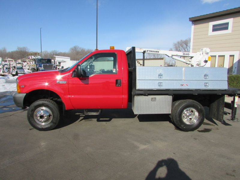 Photo Used 2001 Ford F-350 4x4 Reg-Cab Flatbed Truck