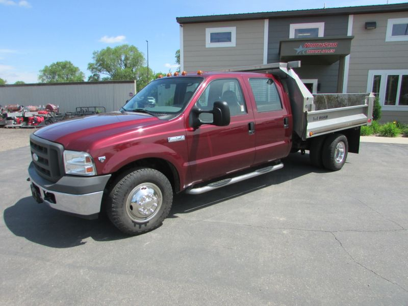 Photo Used 2005 Ford F-350 4x2 Crew-Cab Dump Truck