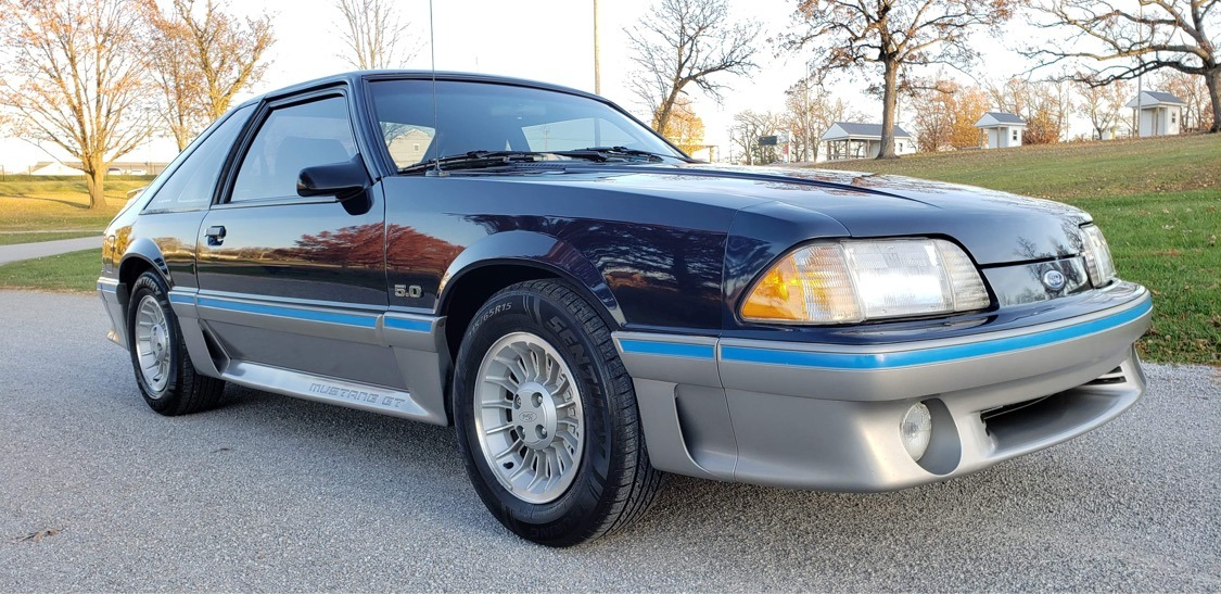 Photo 1988 Ford Mustang - GT - 5 SPEED MANUAL TRANS - LOW MILES - VERY CLEAN -